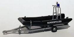 Bundespolizei-Boot mit Motor und Aufbau auf Trailer